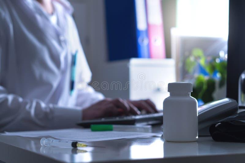 Fejka doktorn, snattret eller kvacksalvaren i sjukhuskontor fotografering för bildbyråer