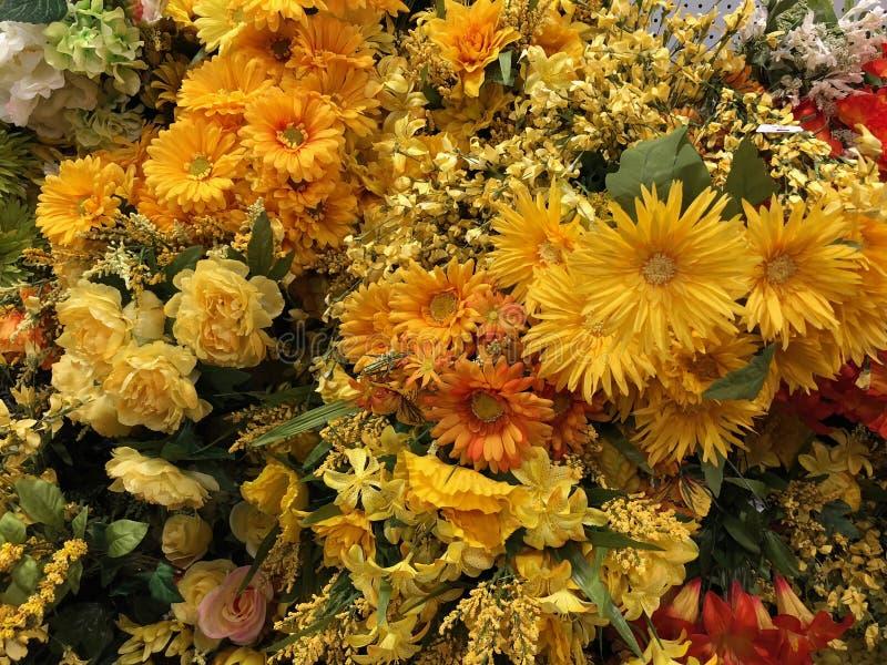 Fejka konstgjorda blommor arkivfoton