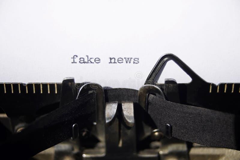 Fejka nyheterna arkivfoton