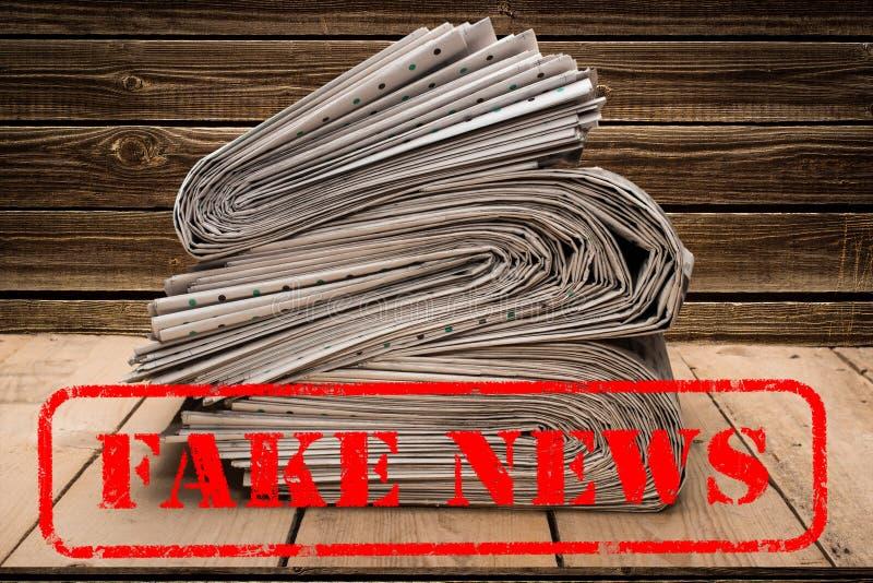 Fejka nyheterna fejkar stolpefaktum st?mpling, som s?ger, fejkar nyheterna royaltyfri foto