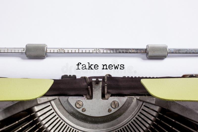 Fejka nyheterna - skriva på maskin royaltyfria foton