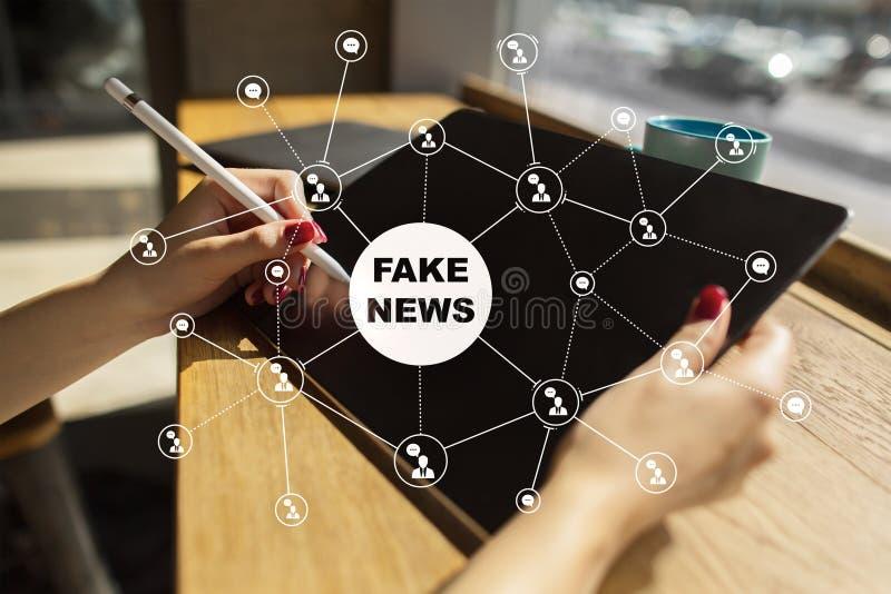 Fejka nyheternavarning p? den faktiska sk?rmen royaltyfria bilder