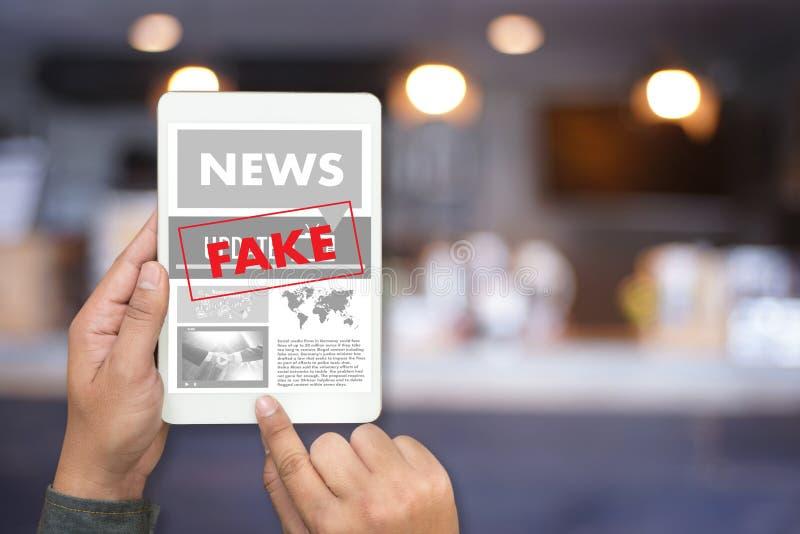 Fejka teknologi för nyhetsmedia för nyheternabegreppsmannen läs- på smartphon arkivbilder