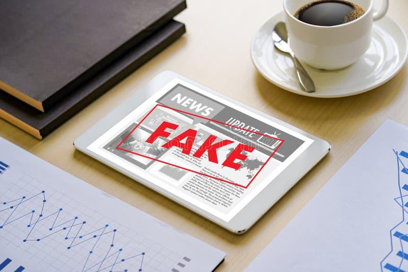 Fejka teknologi för nyhetsmedia för nyheternabegreppsmannen läs- på smartphon royaltyfria foton