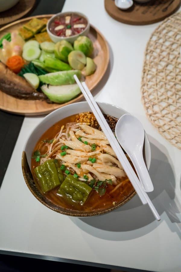 Fejka thailändsk bräserad feg nudelsoppa med den bittra kalebassen i ceram arkivbild