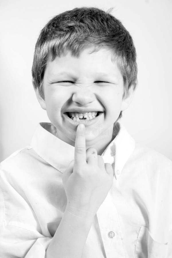 felande tand för pojke royaltyfria bilder