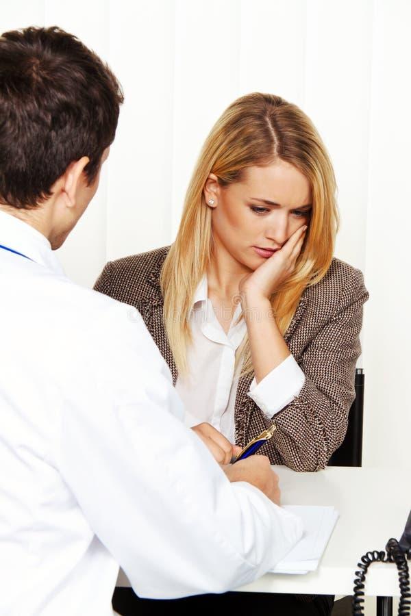 felanmälansdoktorn doctors tålmodign som talar till arkivbild