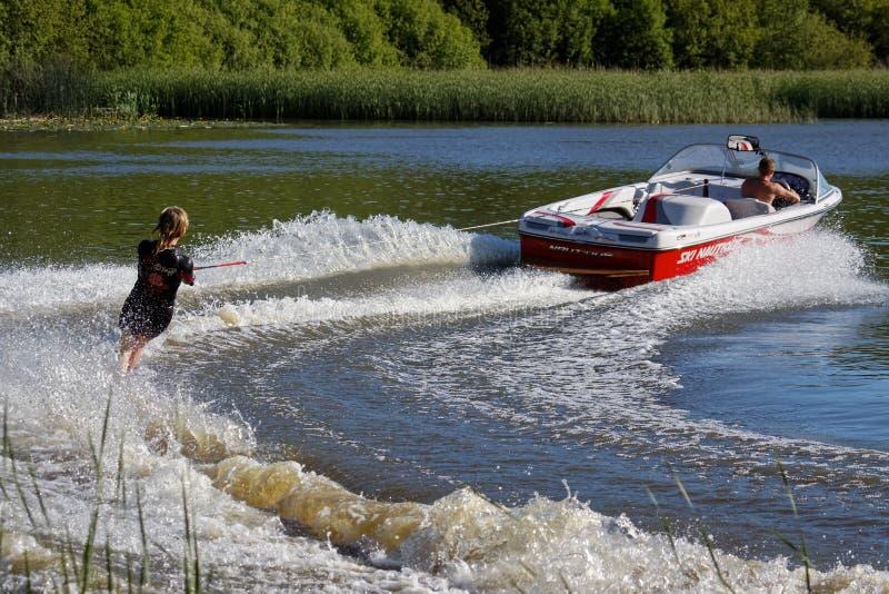 FELBRIDGE, SURREY/UK - MAY 29 : Water skiing at Wiremill Lake n royalty free stock photo