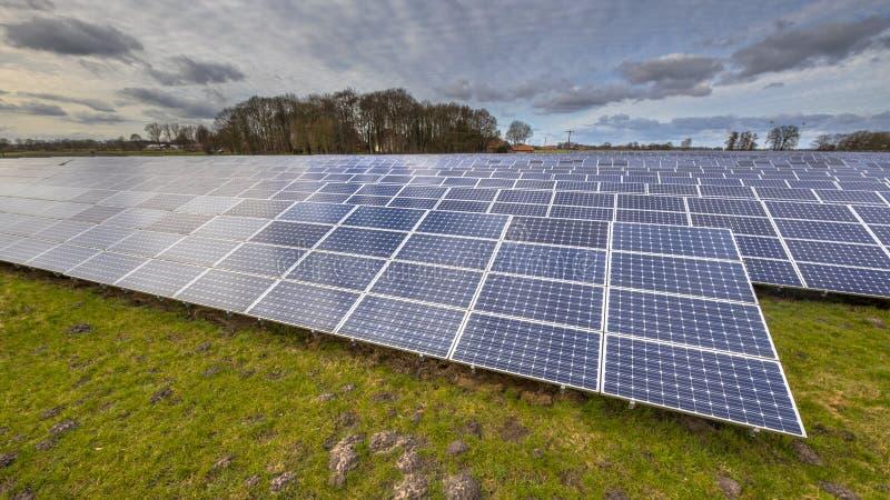 Feld der Solarenergie täfelt Hintergrund der sauberen Energie stockfotos