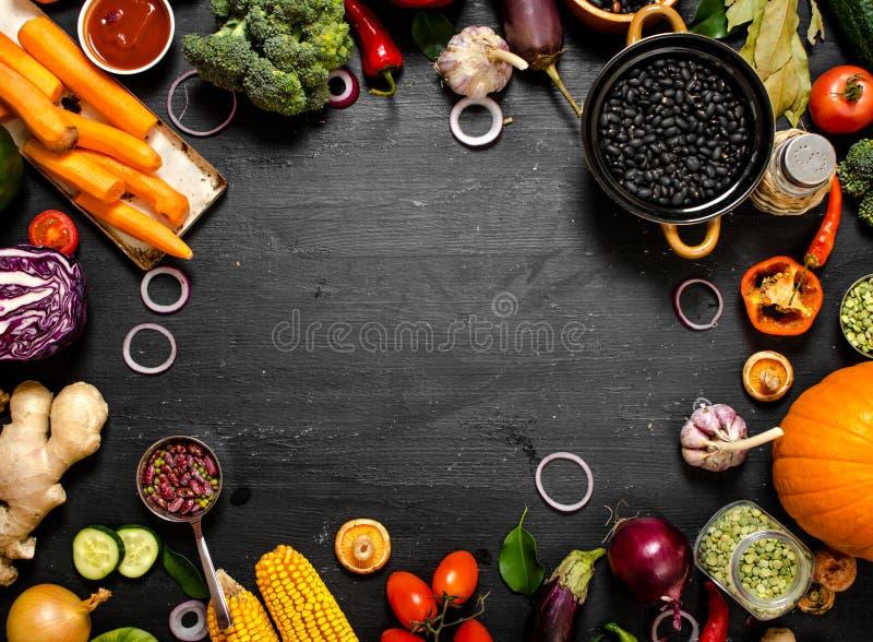 Feld des biologischen Lebensmittels Frisches rohes Gemüse mit schwarzen Bohnen stockfotografie
