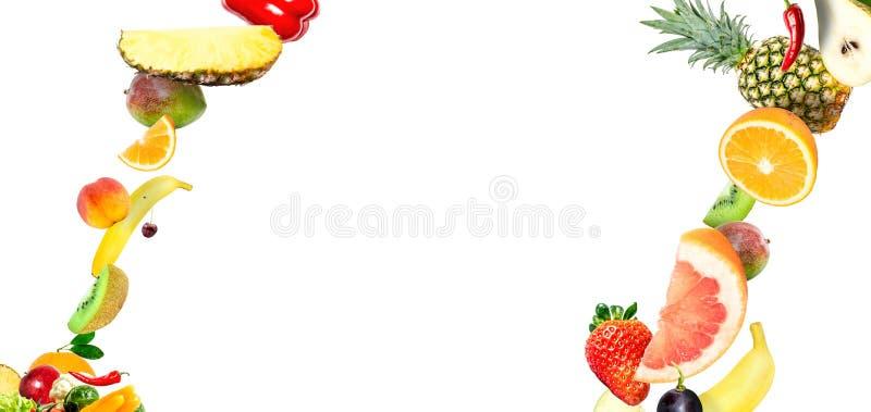 Feld des fallenden Frischgemüses und der Früchte lokalisiert auf weißem Hintergrund mit Kopienraum für Text lizenzfreies stockfoto