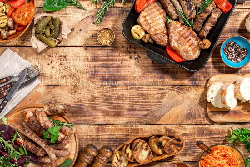 Feld des unterschiedlichen Lebensmittelgrills auf dem Holztisch lizenzfreie stockfotos