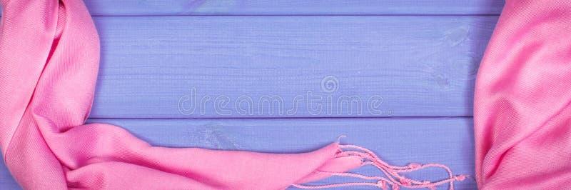 Feld des woolen Schals für Frau auf Brettern, Kleidung für Herbst oder Winter lizenzfreies stockfoto