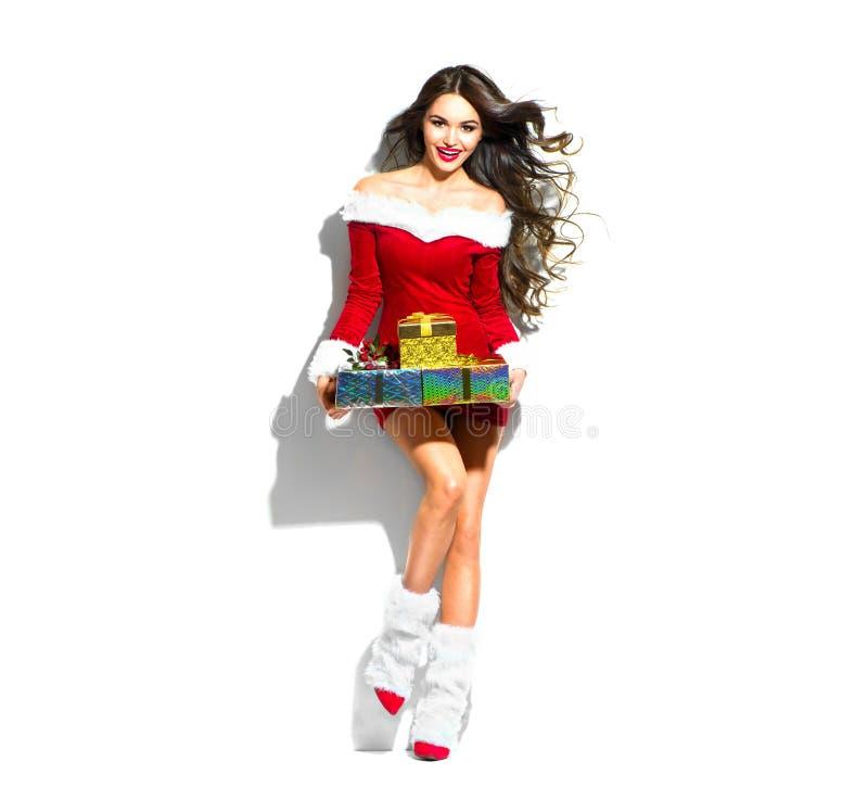 Feld Feiertagshintergrund Reizvolle Sankt Vorbildliches Mädchen der Schönheit im roten Parteikostüm, das Geschenke hält lizenzfreies stockfoto