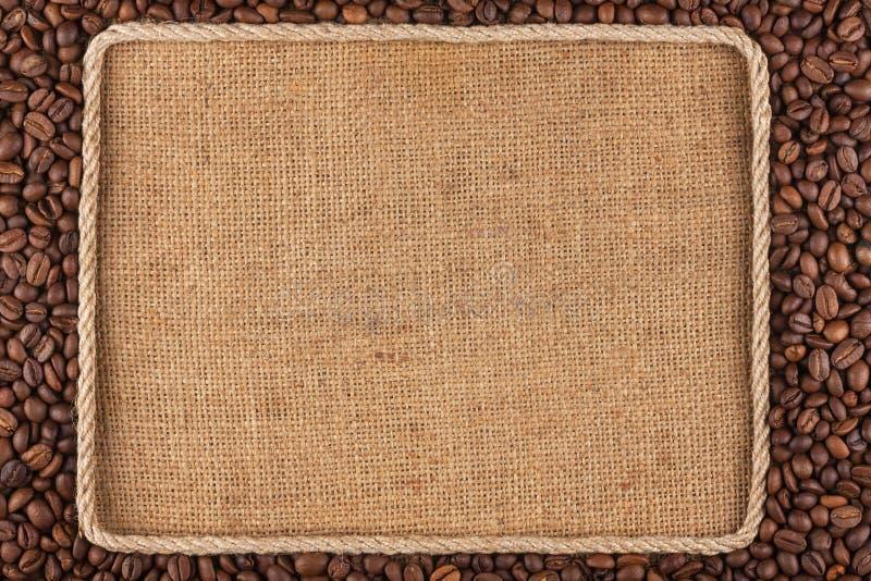 Feld gemacht vom Seil mit Kaffeebohnen auf Sackleinen stockbild