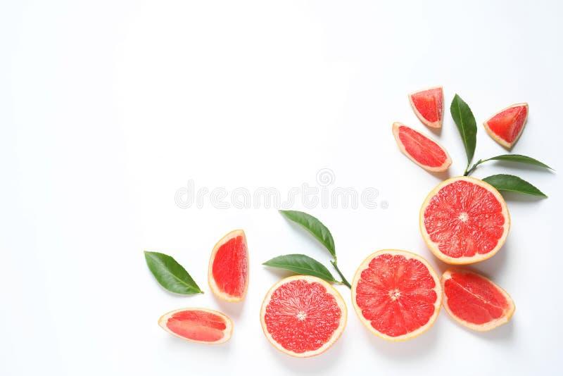 Feld gemacht von den Pampelmusen und von den Blättern auf weißem Hintergrund, Draufsicht Zitronen, Orangen und Kalke lizenzfreies stockbild