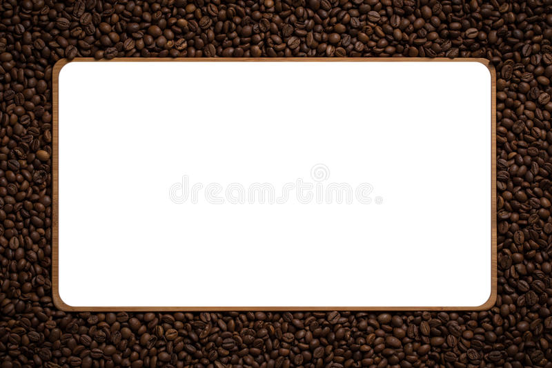 Feld gemacht von den Röstkaffeebohnen über weißem Hintergrund lizenzfreie stockfotos