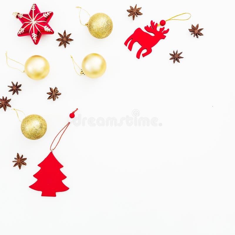 Feld gemacht von den Weihnachtsdekorationen auf weißem Hintergrund Flache Lage, Draufsicht Feiertagsdekorationskonzept lizenzfreies stockfoto