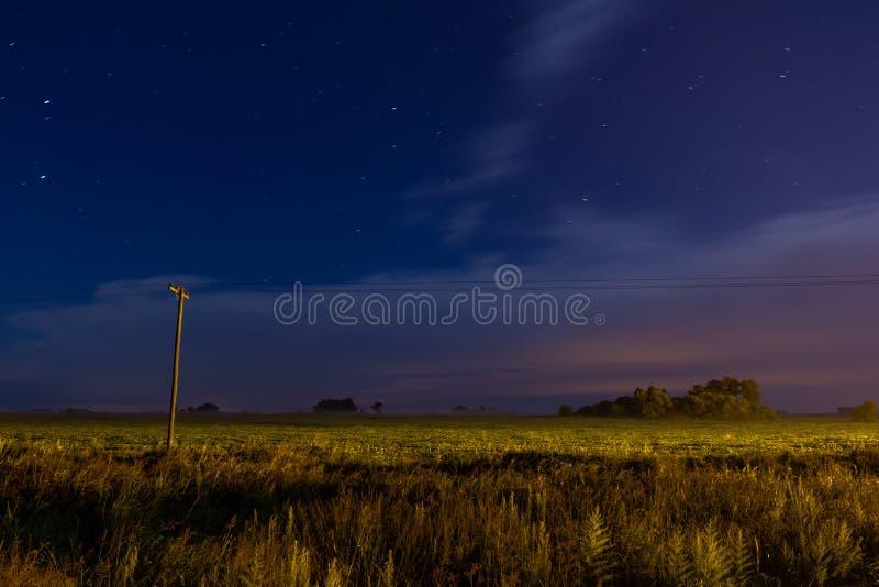 Feld gesät in den Stadtränden der Stadt Nachtansicht einer Landlandschaft Wolken laufen gelassen durch den Wind Kleine Spuren von lizenzfreies stockfoto