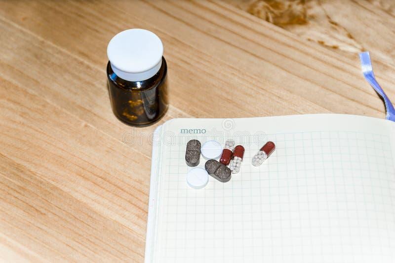 Feld Leerstelle f?r Ihren Text auf einem Blatt des Notizbuches oder des Tagebuchs Medizinischer Hintergrund mit farbigen Tablette lizenzfreie stockbilder
