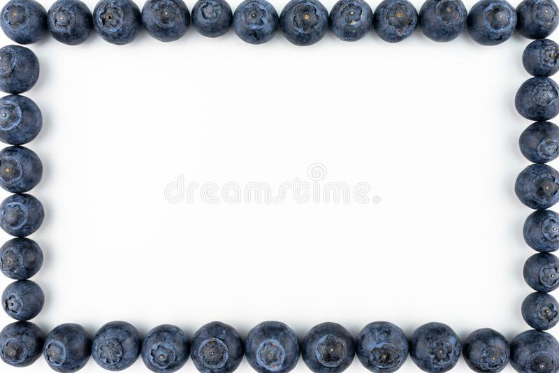 Feld machte von den frischen Blaubeeren, Draufsicht, die flache Lage, lokalisiert auf einem weißen Hintergrund mit Kopienraum in stockfotos