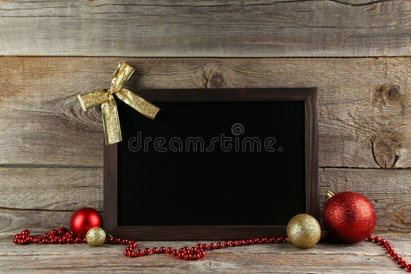 Feld mit Weihnachtsbällen auf hölzernem Hintergrund lizenzfreies stockbild