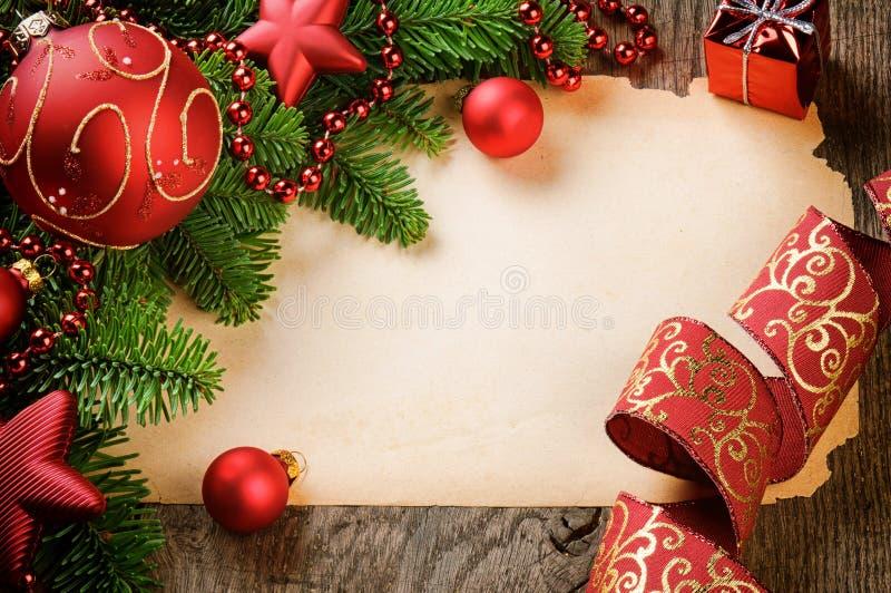 Feld mit Weinlesepapier und Weihnachtsdekorationen lizenzfreie stockfotos