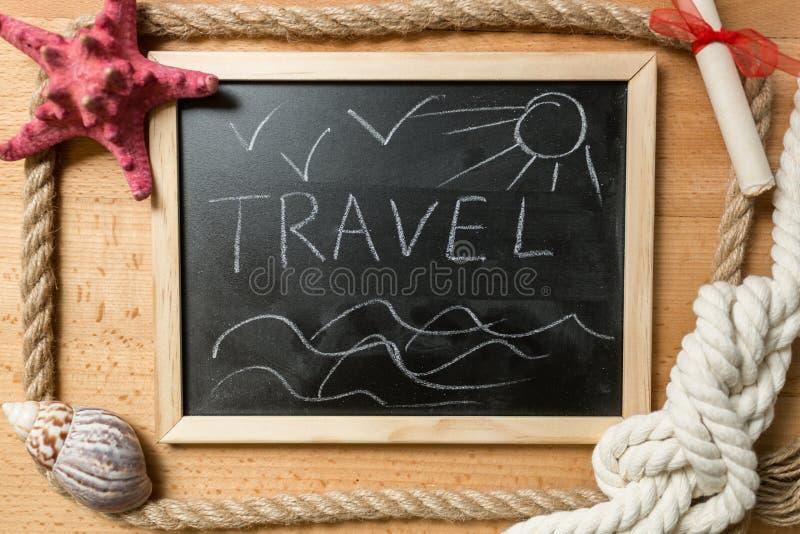 Feld mit Wort Reise auf der Tafel verziert durch Marinegegenstände stockfoto