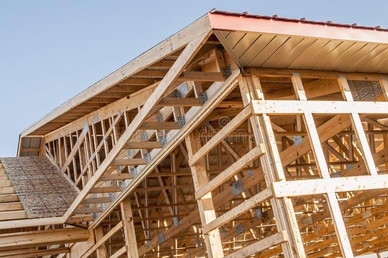 Feld neuer hölzerner Gebäudestrukturbau stockfotografie