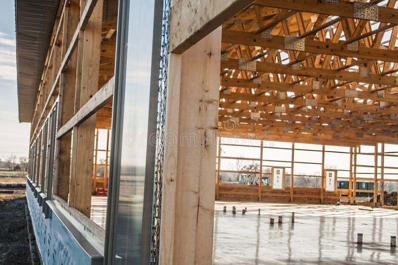 Feld neuer hölzerner Gebäudestrukturbau lizenzfreies stockfoto