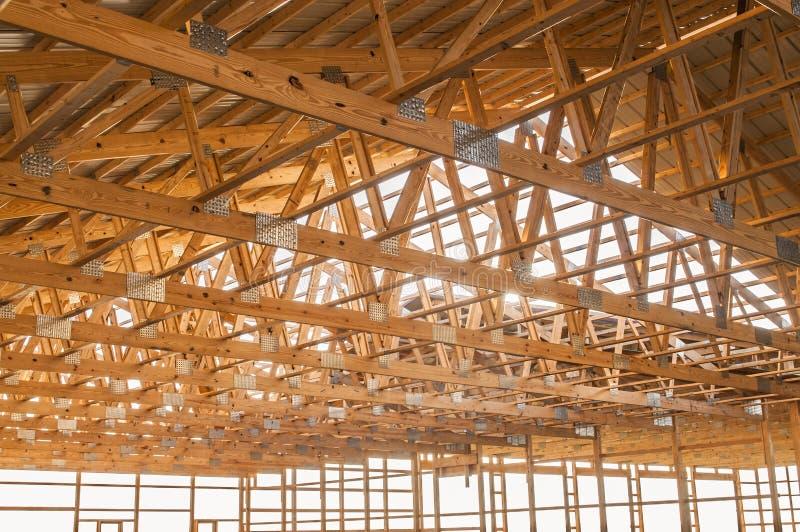 Feld neuer hölzerner Gebäudestrukturbau lizenzfreie stockfotografie