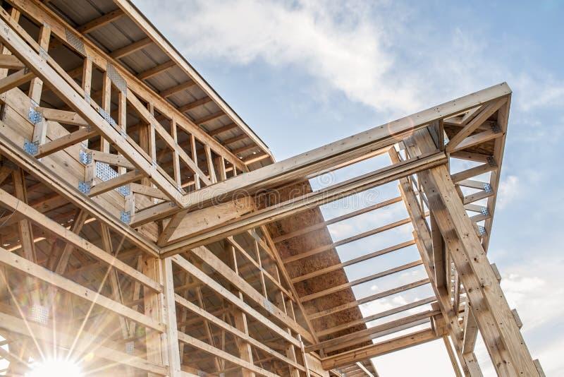 Feld neuer hölzerner Gebäudestrukturbau stockfoto
