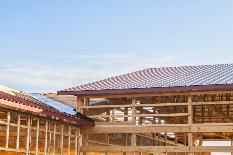 Feld neuer hölzerner Gebäudestrukturbau stockfotos