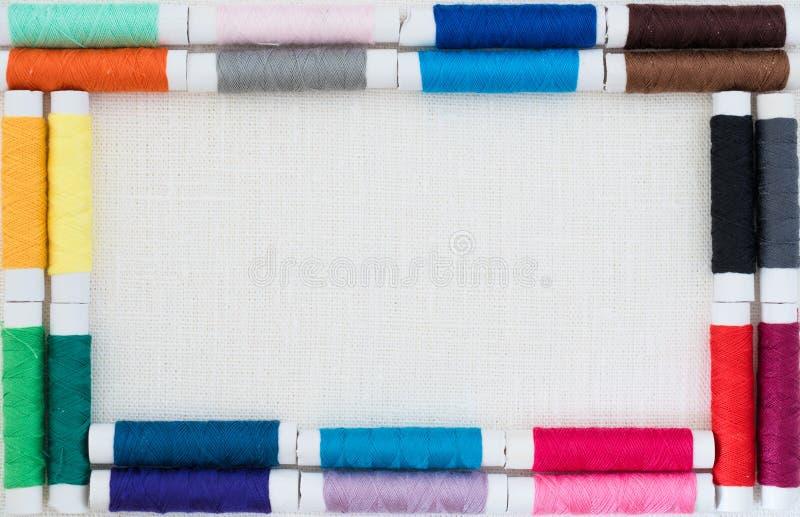 Feld von den bunten Threadspulen, die Konzeptbild mit copyspace nähen stockbilder