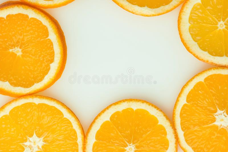 Feld von den Rundschnitt Scheiben von reifen saftigen organischen Orangen auf weißem Hintergrund Draufsichtebenenlage Vibrant Far lizenzfreies stockfoto