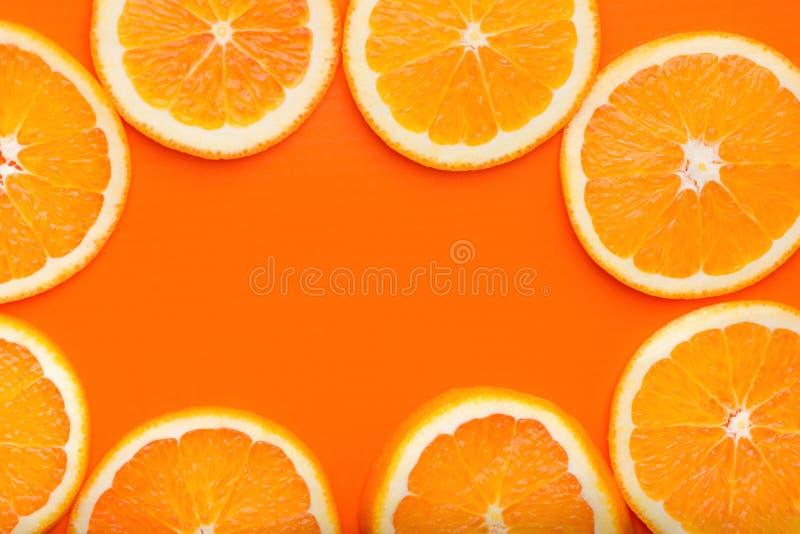 Feld von den Rundschnitt Scheiben von reifen saftigen organischen Orangen Draufsichtebenenlage Vibrant Farbe Vitamin-gesunder Leb lizenzfreie stockfotografie
