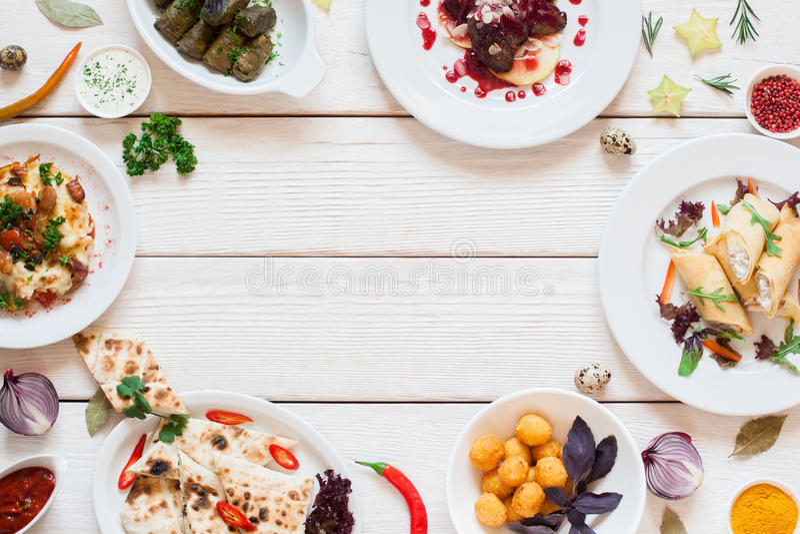 Feld von köstlichen Snäcken auf weißer Tabellenebenenlage lizenzfreies stockbild