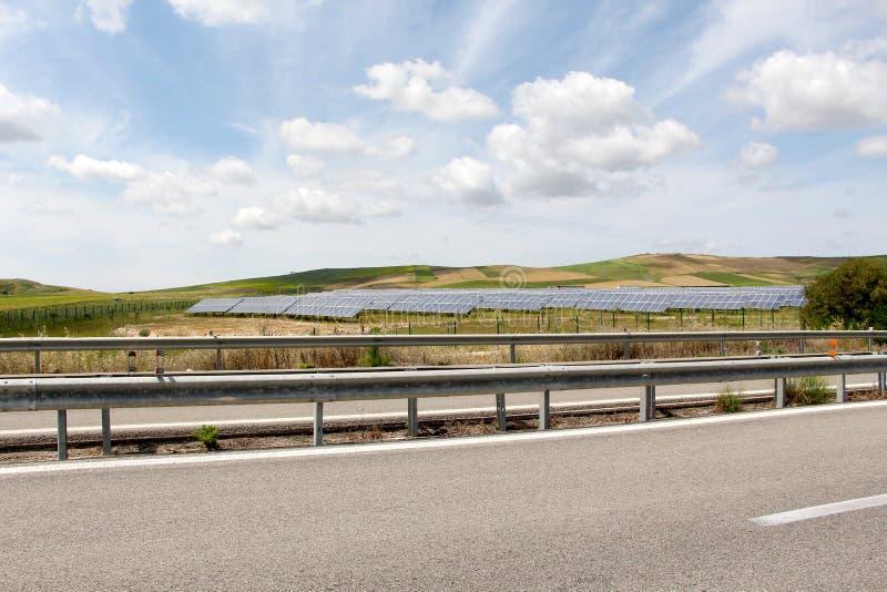 Feld von Sonnenkollektoren, drastischer Himmel stockfoto