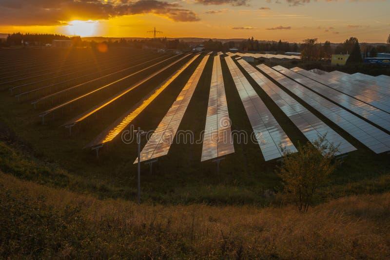 Feld von Sonnenkollektoren in Europa stockfotos