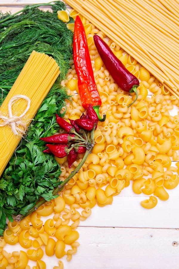 Feld von Vielzahl von italienischen Teigwaren und von Gemüse lizenzfreie stockfotografie