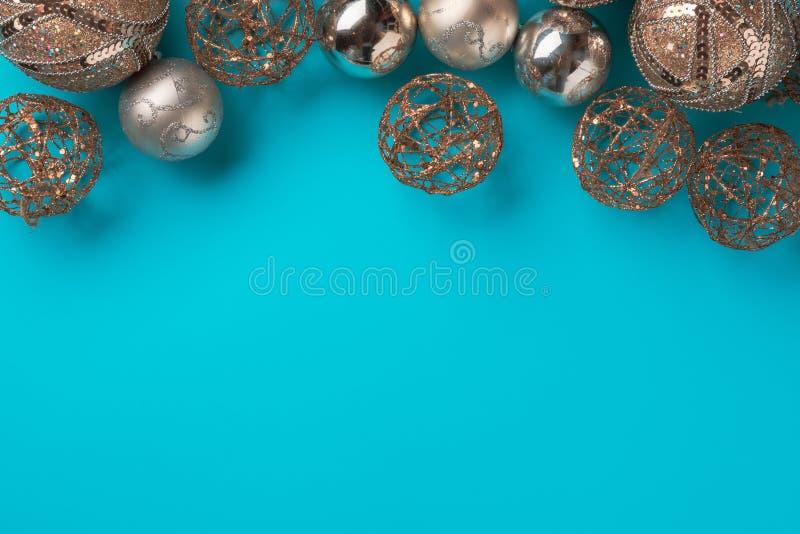 Feld von Weihnachtsglockenbällen auf blauem Hintergrund lizenzfreies stockfoto