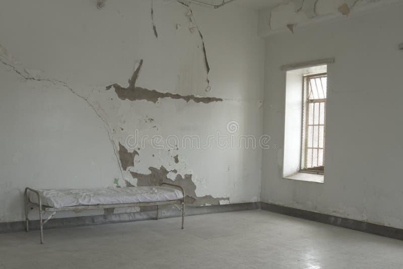 Feldbett im leeren Raum lizenzfreies stockbild