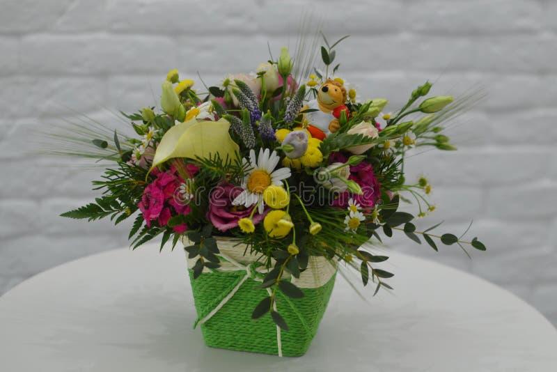 Feldblumenstrauß von wilden Blumen in einem Kasten stockfotografie