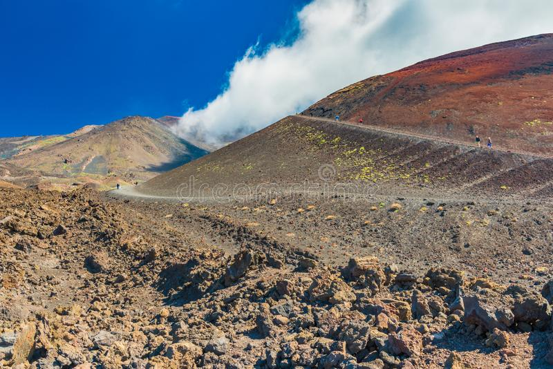 Felder und H?gel des Lavasteins beim ?tna, Sizilien, Italien ?ltere Paare, die oben zum H?gel nahe vulkanischem Krater gehen lizenzfreies stockfoto