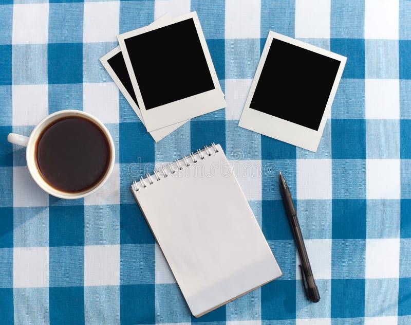Feldfotos und -kaffee lizenzfreies stockfoto