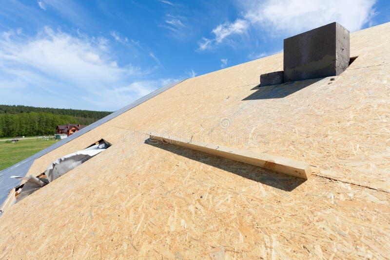 Feldhaus im Bau Dach mit installiertem Holzfaserplatte- und Plastikmansarden- oder -oberlichtfenster lizenzfreies stockfoto