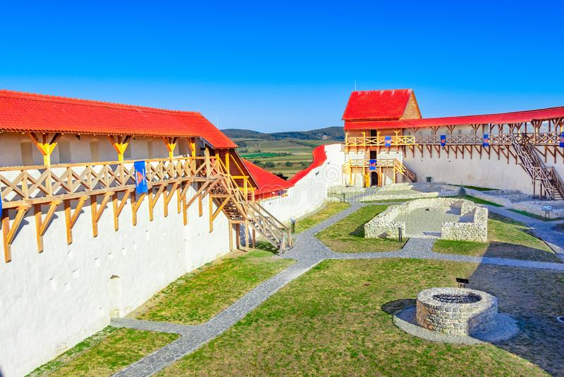 Feldioara, Brasov, Roumanie : Forteresse médiévale Marienburg dans Tran image stock