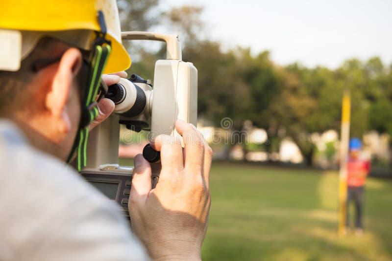 Feldmesseringenieur mit Partner lizenzfreie stockbilder