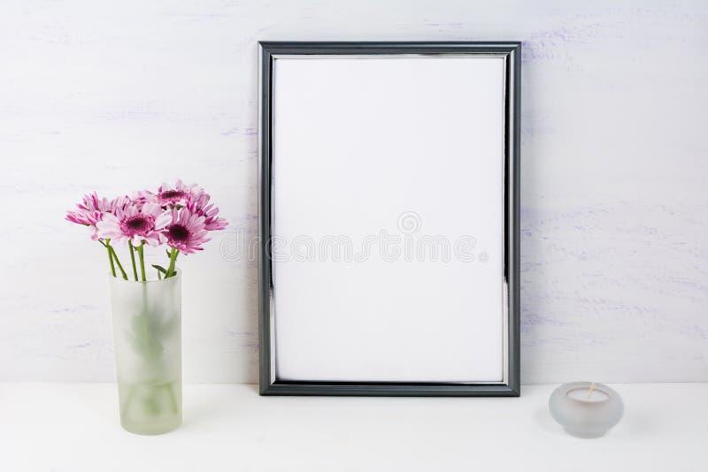 Feldmodell mit lila Gänseblümchen lizenzfreie stockbilder