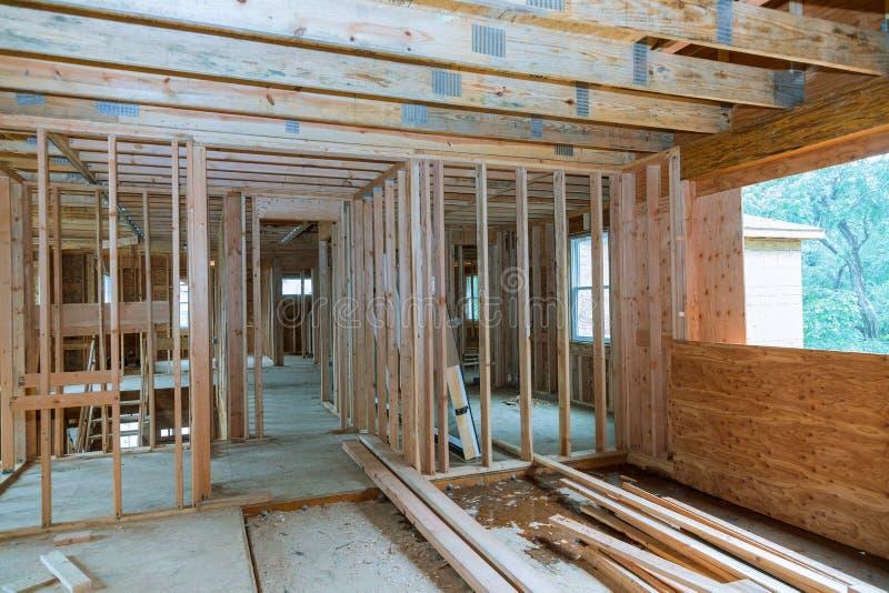 Feldstrahl der Gestaltung des neuen Hauses im Bau Ausgangs lizenzfreie stockbilder